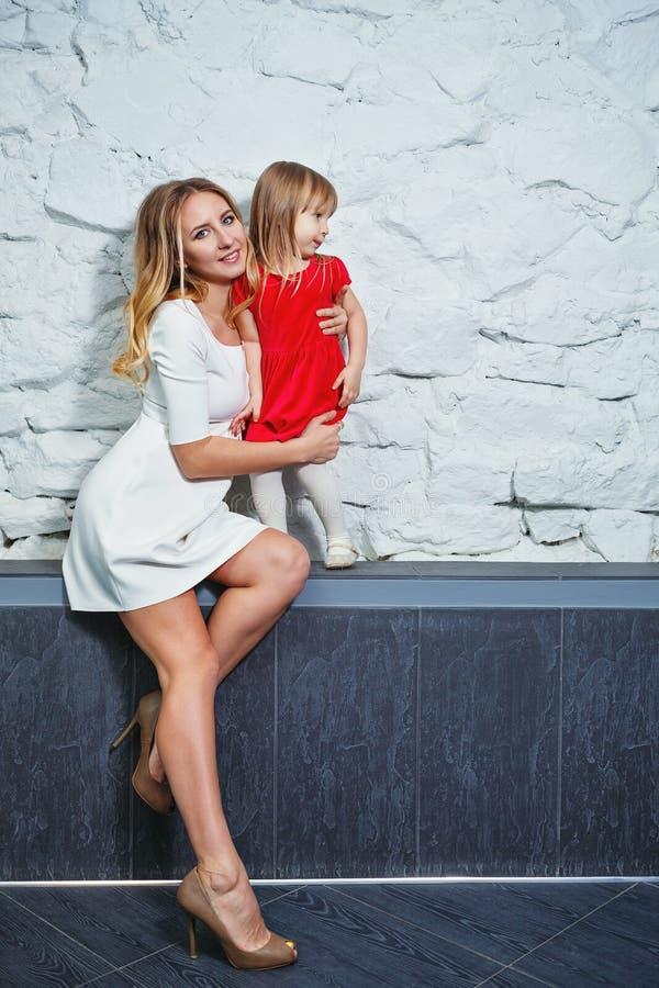 拥抱母亲的女儿 免版税库存照片