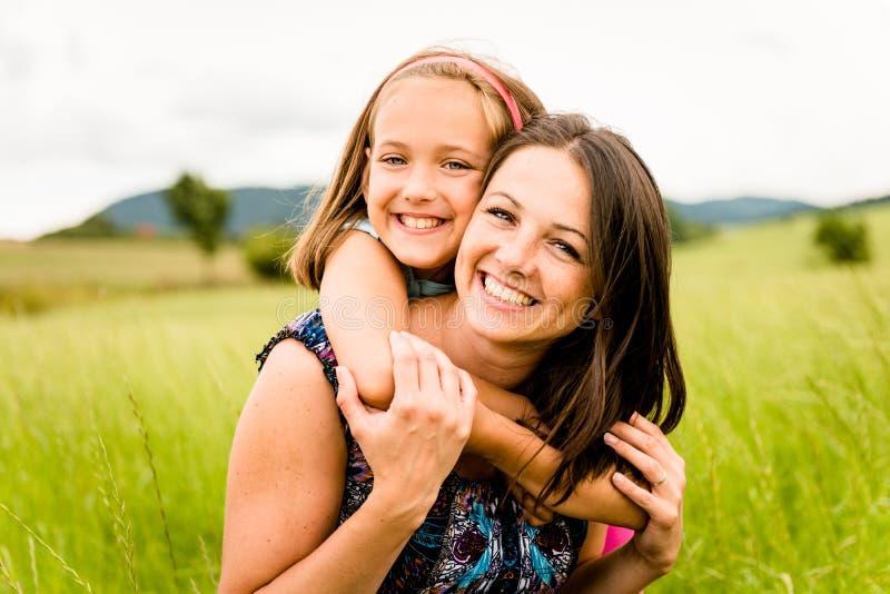 拥抱母亲的子项 图库摄影