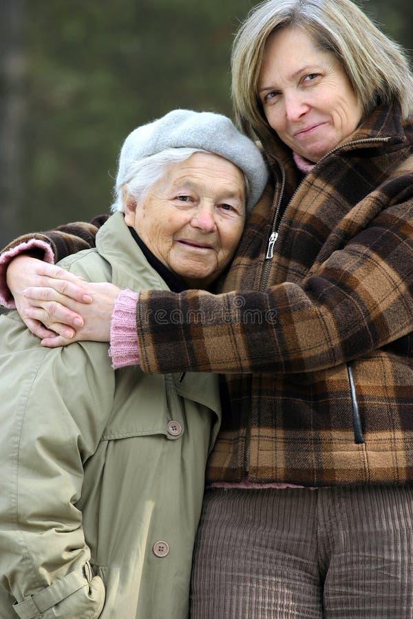 拥抱母亲 图库摄影