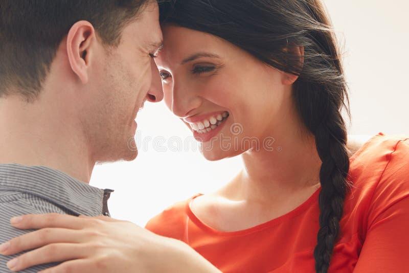 拥抱浪漫的夫妇户内 库存照片