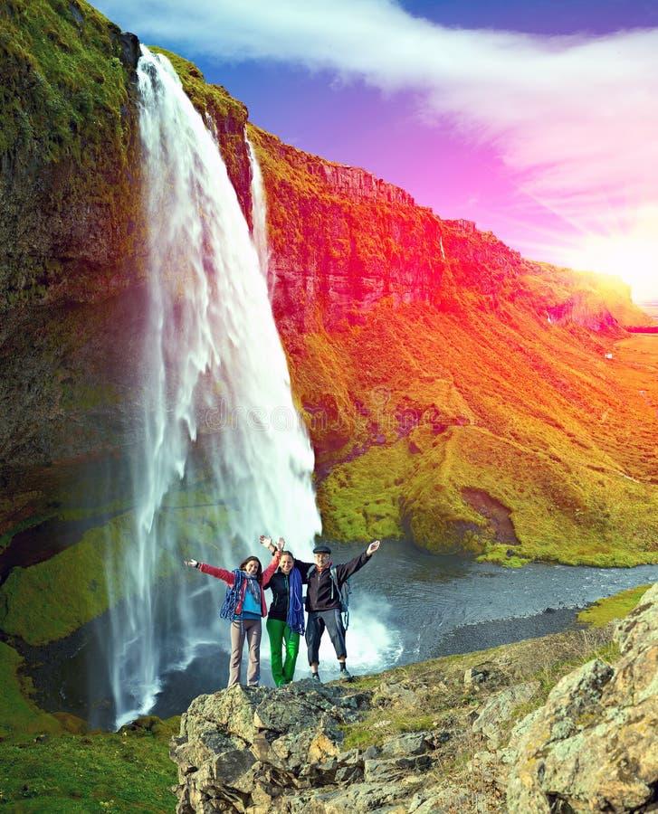 拥抱瀑布背景的人 免版税库存照片