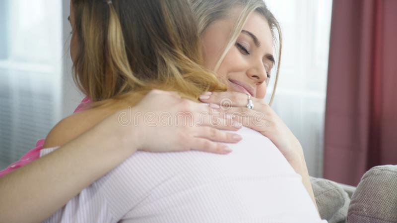 拥抱爱严紧友谊bff女孩和解 免版税库存图片