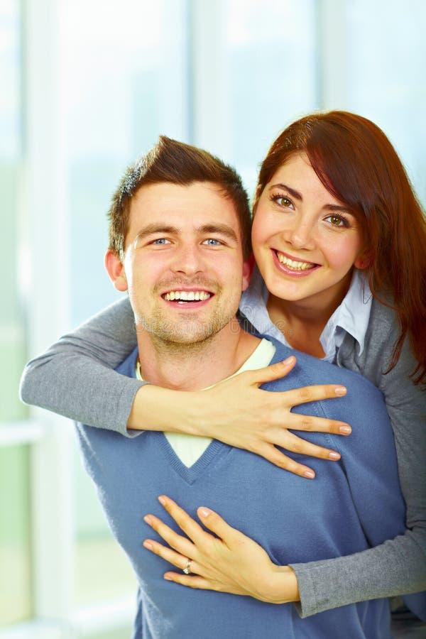 拥抱爱的美好的夫妇 免版税库存照片