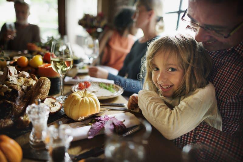 拥抱父亲感恩庆祝概念的小女孩 免版税图库摄影