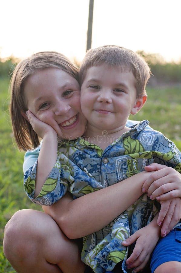 拥抱男孩的非离子活性剂女孩 免版税库存照片
