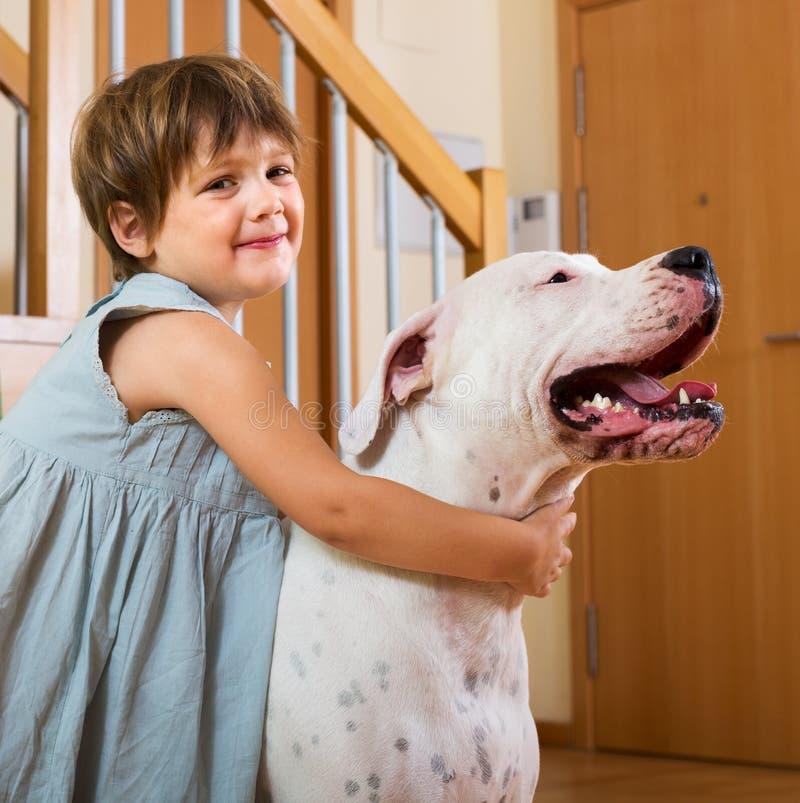 Download 拥抱白色狗的小女孩 库存图片. 图片 包括有 女性, 孩子, 室内, 童年, 少许, 任何地方, 生活方式 - 59101921