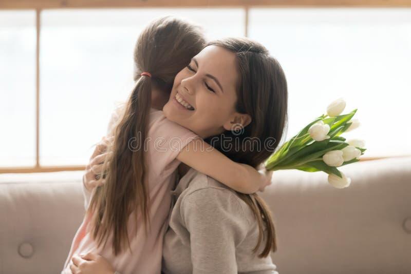 拥抱的女儿和的母亲庆祝国际妇女天 库存照片