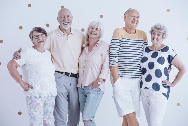 拥抱的微笑的资深朋友 免版税库存照片