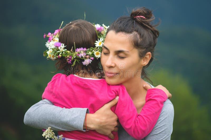 拥抱的母亲和她的女儿 免版税库存图片