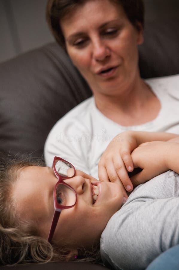拥抱的母亲和的女儿 免版税图库摄影