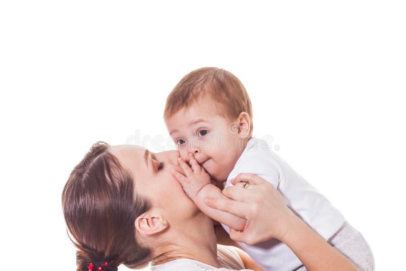 拥抱的母亲和的婴孩亲吻和 免版税库存照片