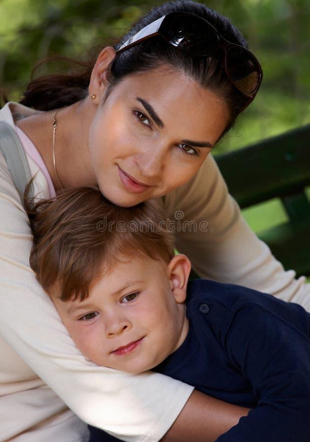 拥抱的母亲室外儿子 免版税图库摄影