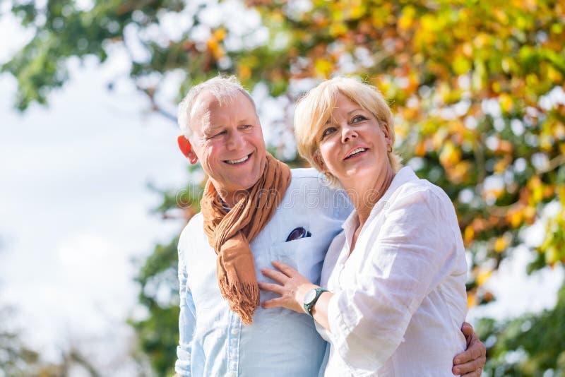 Download 拥抱的老人和妇女在爱 库存照片. 图片 包括有 结构树, 游览, 拥抱, 一起, 自治权, 结构, 健康 - 59101972