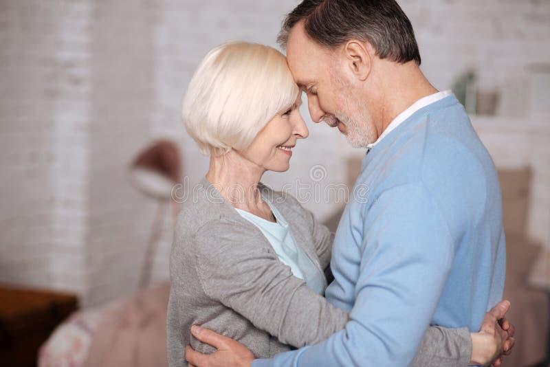 拥抱的资深夫妇 免版税库存图片