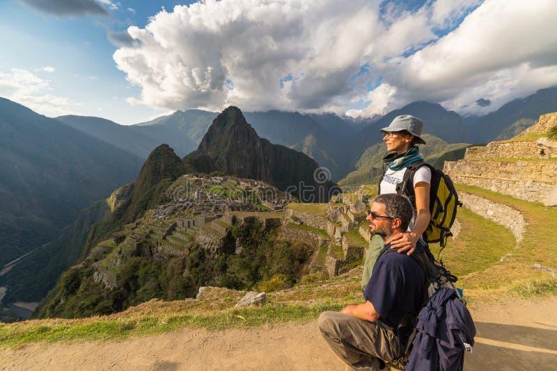 拥抱看马丘比丘的夫妇,秘鲁,被定调子的图象 免版税库存图片