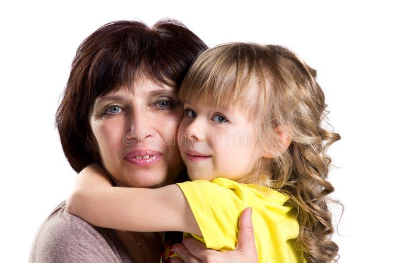 拥抱祖母和孙女 免版税库存照片