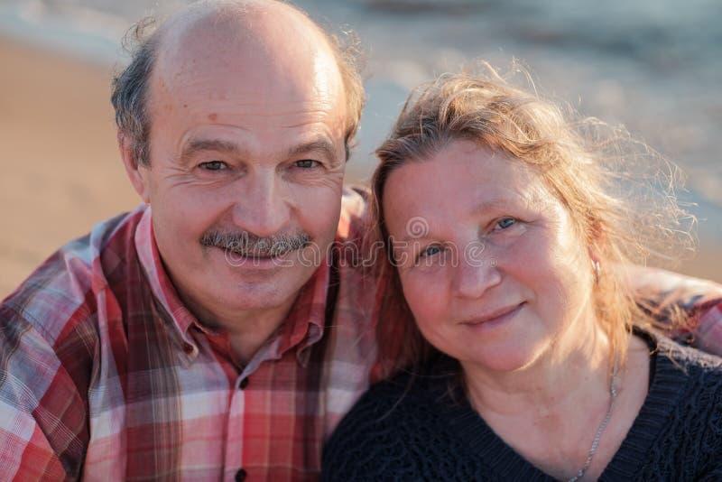 拥抱老的夫妇特写镜头户外 免版税库存图片
