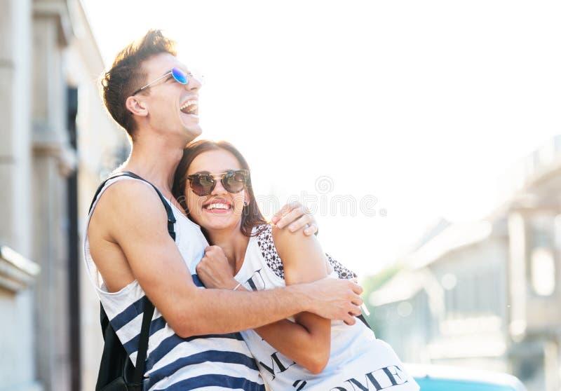 拥抱逗人喜爱的年轻的夫妇户外 库存照片