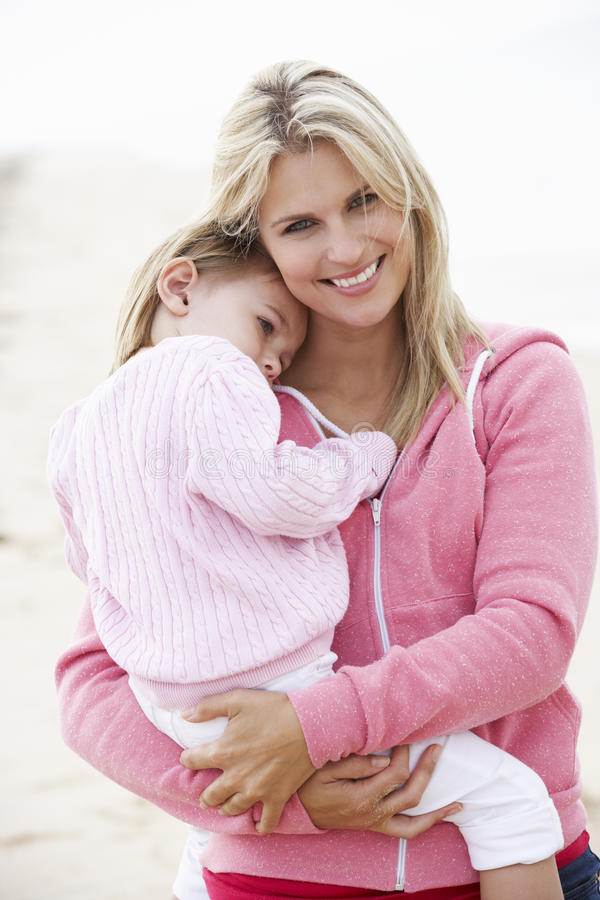 拥抱年轻女儿的母亲户外,外面, 库存照片