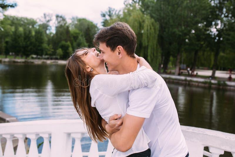 拥抱他的女朋友的人 免版税库存照片