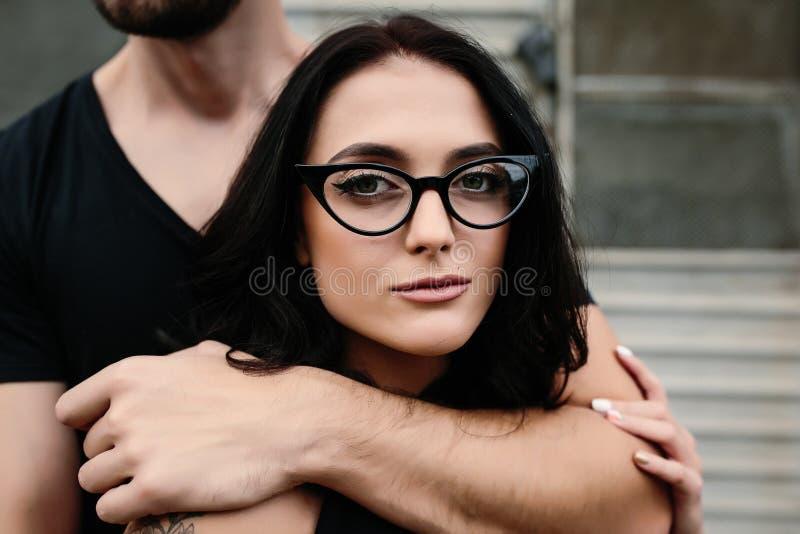 拥抱他的女朋友从后面的人 图库摄影