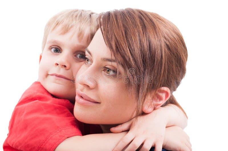 拥抱他的母亲的孩子 图库摄影