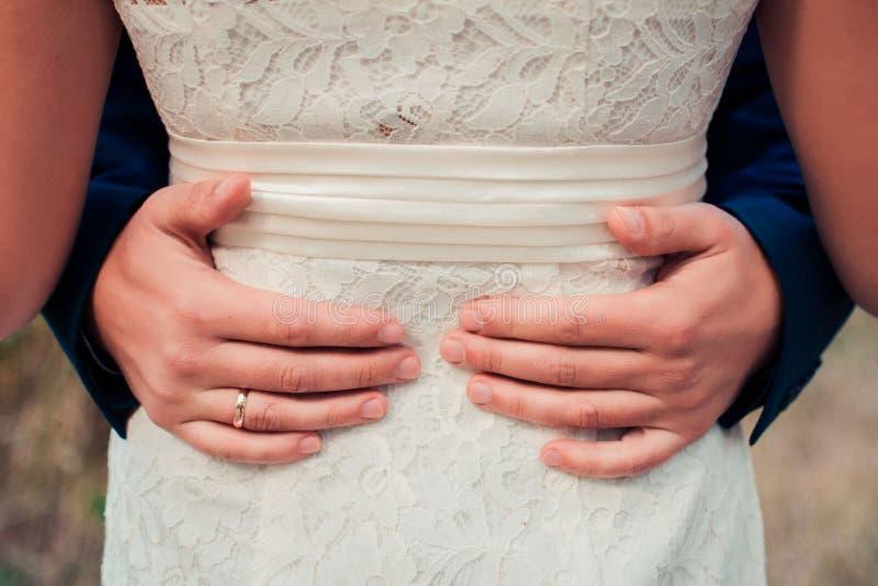 拥抱 Men& x27; 在woman& x27附近的s胳膊; s腰部 免版税库存照片