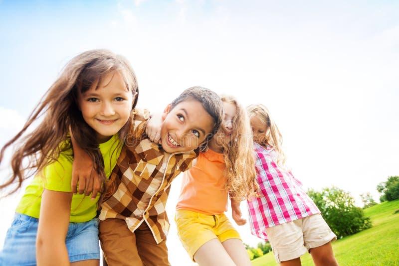 拥抱toggether的愉快的孩子 免版税库存图片