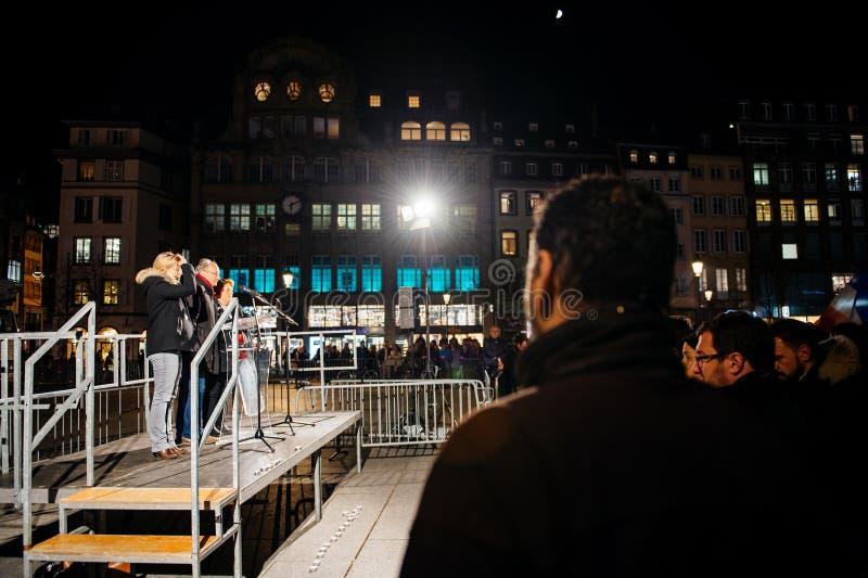 Download 拥挤听讲话在史特拉斯堡的中心 图库摄影片. 图片 包括有 晚上, 史特拉斯堡, 害怕, 消息, 安排, 监视 - 62538002