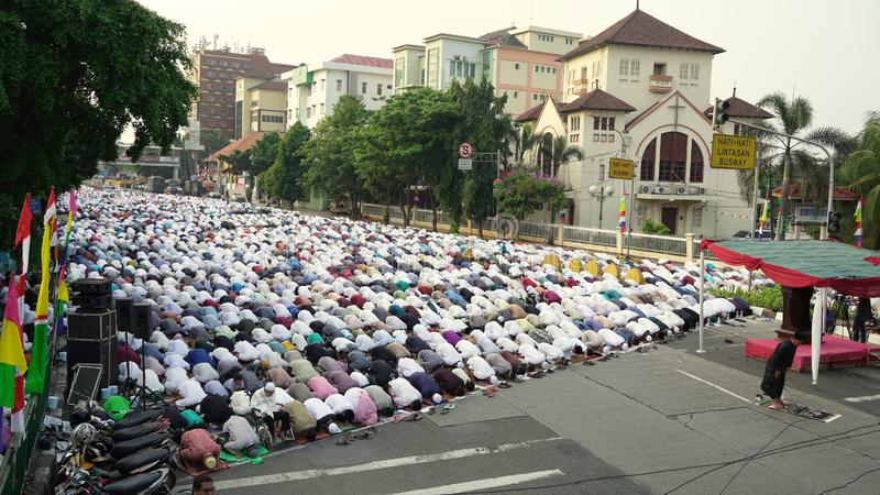 拥挤回教人民在Koinonia教会附近祈祷 免版税库存图片