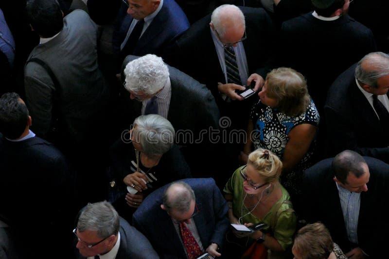 拥挤在入口对联合国大厦在纽约,鸟透视 库存照片