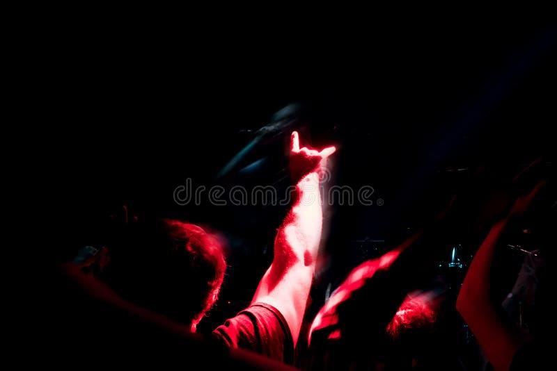 拥挤在摇滚乐音乐会,重金属的岩石垫铁签到党的雾 免版税库存图片