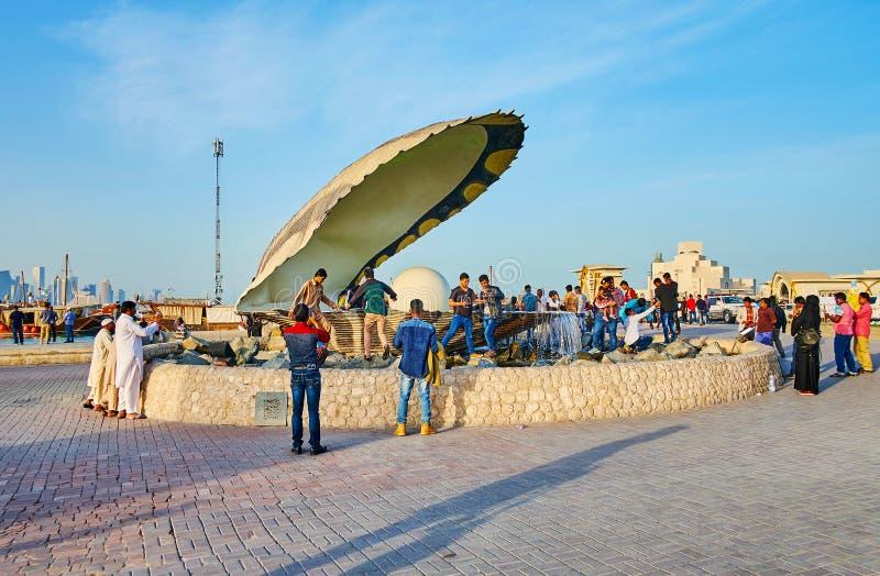 拥挤在珍珠喷泉,多哈,卡塔尔 免版税库存图片
