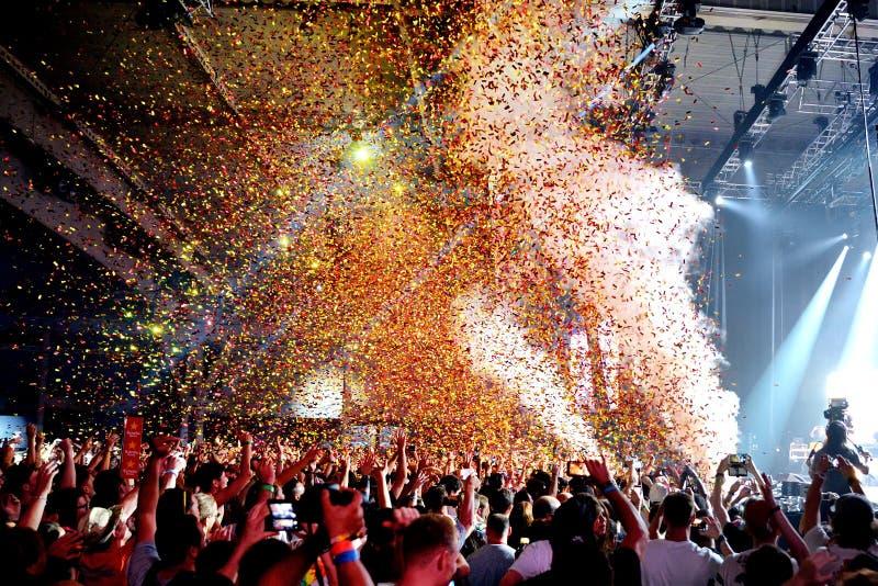 拥挤在音乐会,当投掷从阶段的五彩纸屑在生波探侧器节日时 库存照片