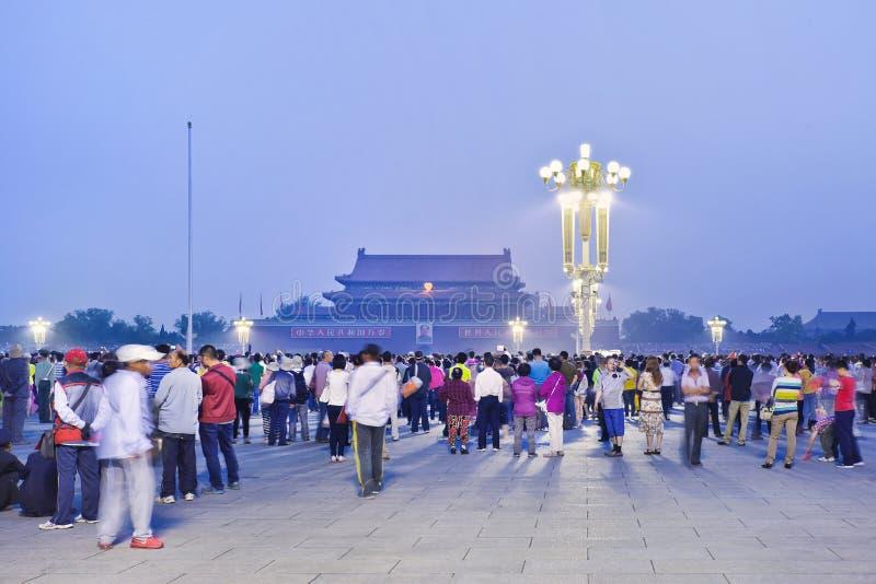 拥挤在Tianamen广场,北京,中国的等待的早升旗仪式 免版税库存图片