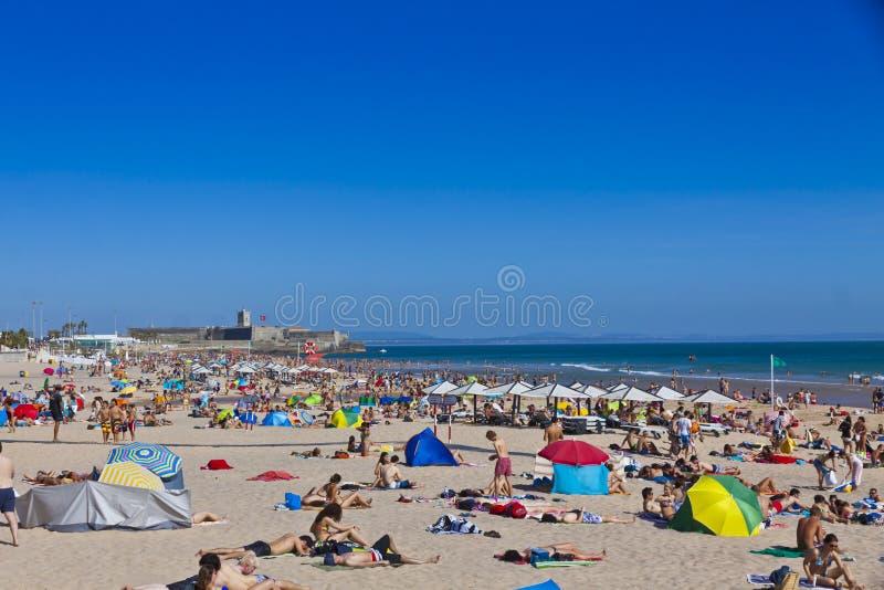 拥挤大西洋海滩在里斯本,葡萄牙 免版税库存照片