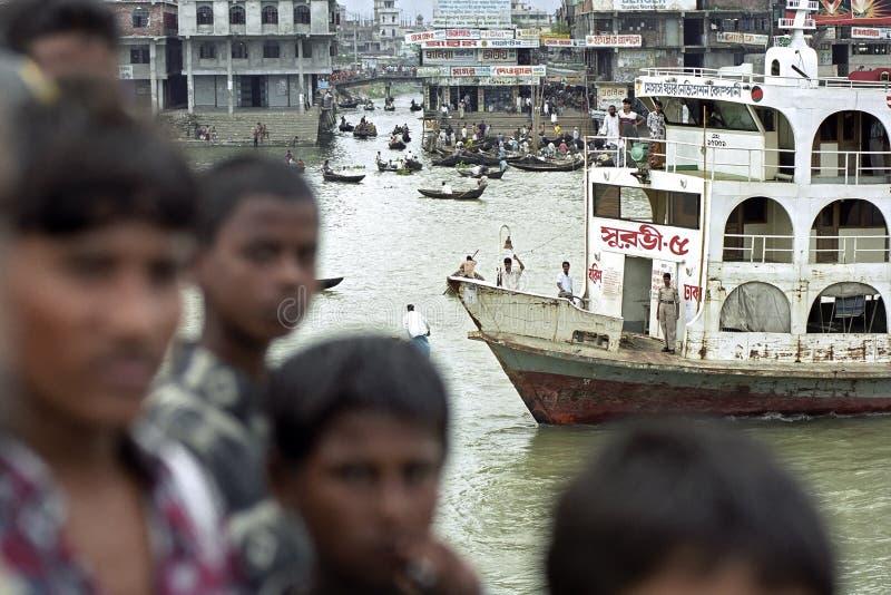 拥挤小船终端Sadarghat,达卡,孟加拉国 免版税库存图片