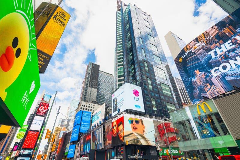 拥挤时间广场,纽约 摩天大楼、广告牌、霓虹艺术、游人和交通 免版税库存图片