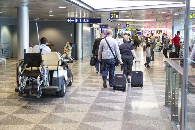 拥挤机场赫尔辛基万塔在芬兰 免版税库存照片