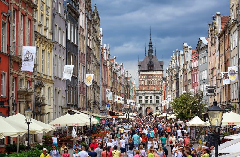 拥挤步行街道在格但斯克,波兰,在一个夏天晚上 免版税库存图片