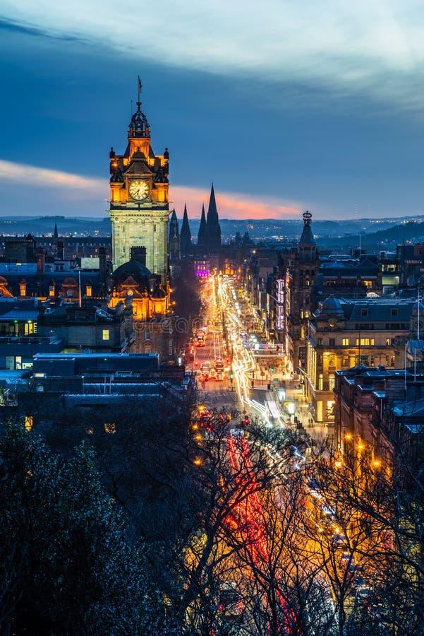 拥挤的街在黄昏的爱丁堡中部 免版税图库摄影