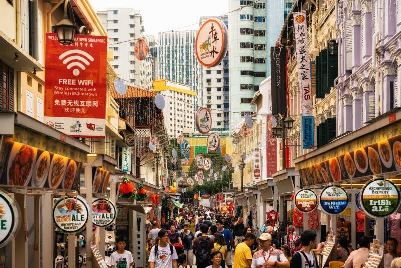 拥挤街道用街道食物在唐人街在新加坡 免版税库存图片