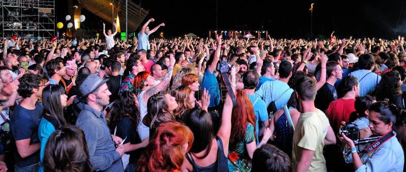 拥挤观看音乐会在圣米格尔火山Primavera声音节日 免版税图库摄影
