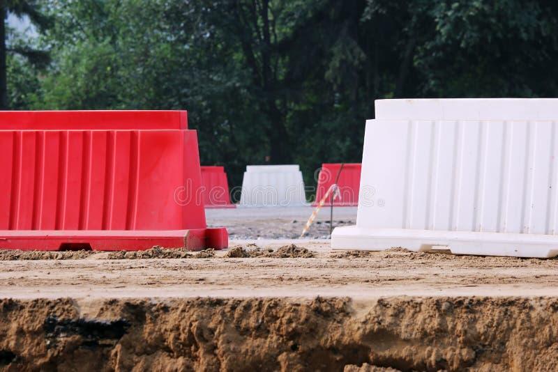阻拦路的红色和白色塑料障碍 库存照片