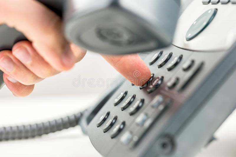 拨号在电话的人 免版税图库摄影