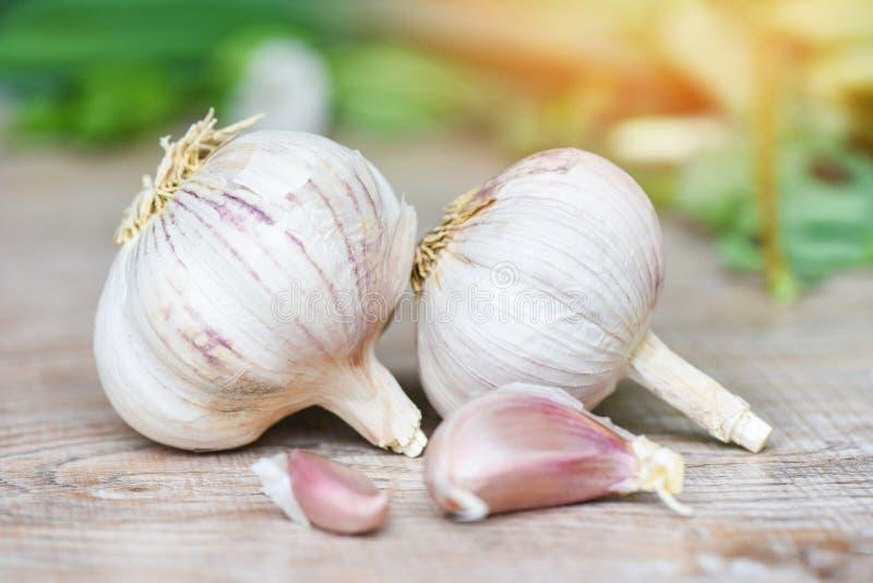 拨蒜和大蒜电灯泡-维生素辣烹调成份亚洲食物的健康食品香料 免版税图库摄影