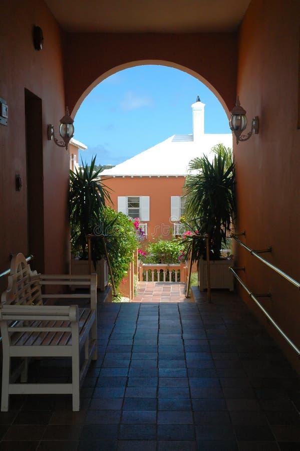拱道五颜六色百慕大的大厦 免版税图库摄影