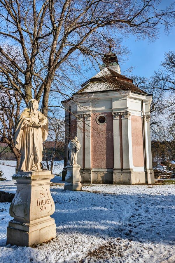 拱道和海利根克罗伊茨修道院的内在围场  免版税库存图片