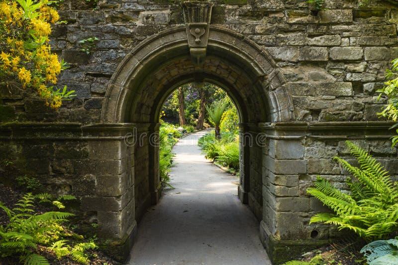拱道在Hever庭院里 免版税图库摄影
