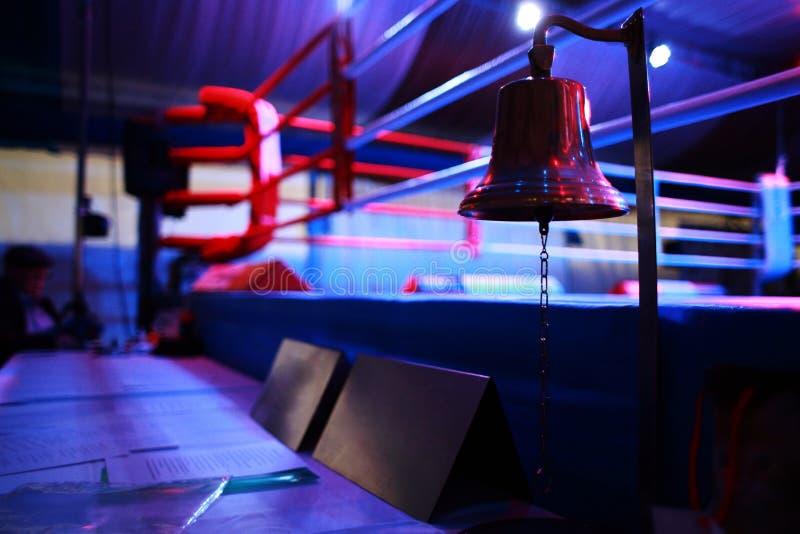 拳击台和响铃 免版税库存照片